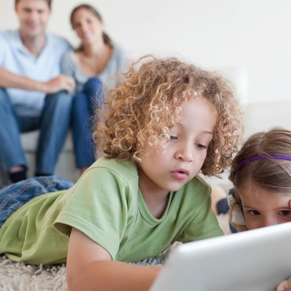 Zdjęcie dziecka przy komputerze